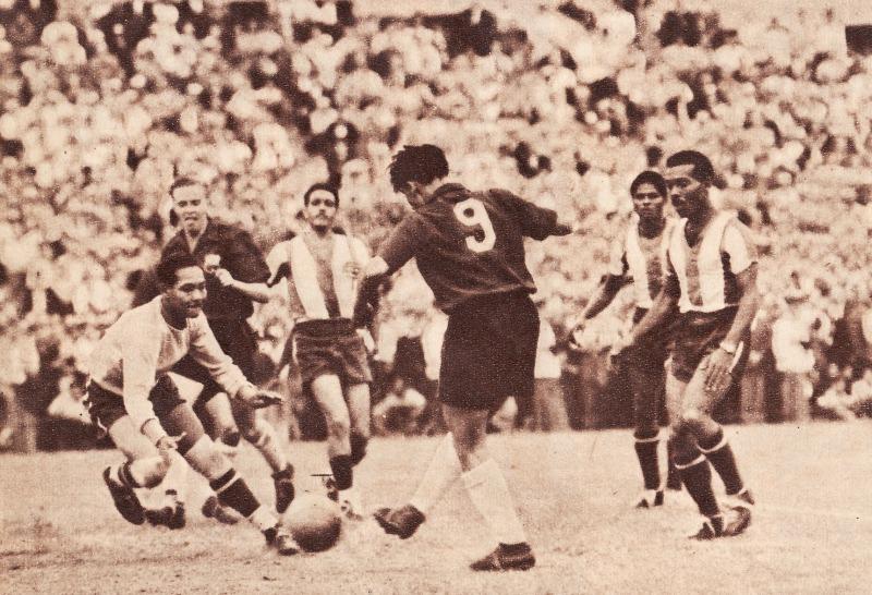 René Orlando Meléndez, jugando por la selección chilena frente a Panamá en 1952. Para mi Tata el mejor jugador de la historia del fútbol chileno.